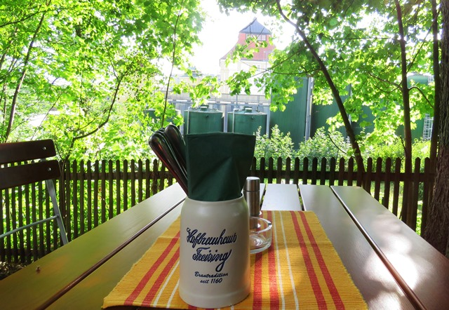 Hofbrauhaus Freising Keller: The serviced tables overlook the brewery.